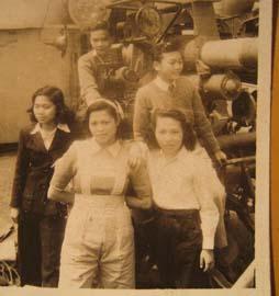 民国某工厂内机器旁的三个女工
