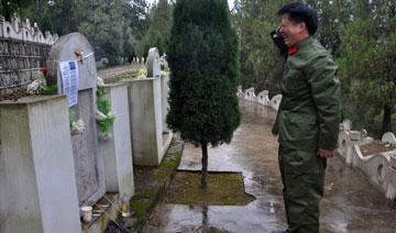 对越作战参战老兵任东林洒泪祭奠阵亡战友