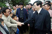 胡锦涛走进非典疫区鼓励民众