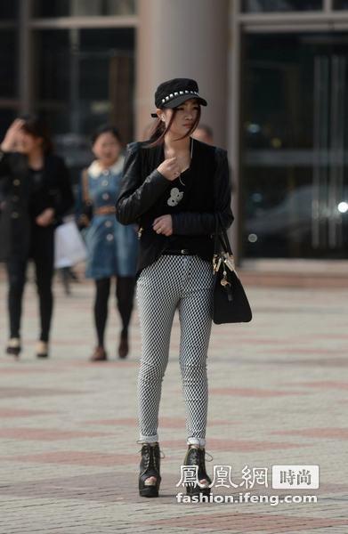 扬州美女模仿T台美女绸布性感v美女黑色蕾丝白图片