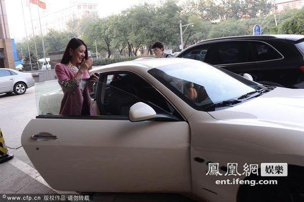 郭美美驾驶玛莎拉蒂跑车亮相.发布会现场,郭美美性感亮相,与高清图片
