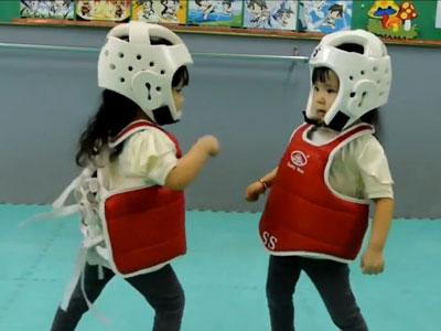 超萌!双胞胎姐妹大玩可爱跆拳道