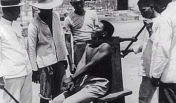 百年前菲律宾监狱机械绞杀犯人旧照