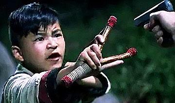 抗日神剧再破雷人底线:娃娃用弹弓横扫鬼子
