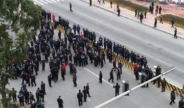 广州押钞员今日上午罢工封路现场