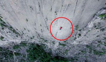男子绝壁上无保护攀爬760米