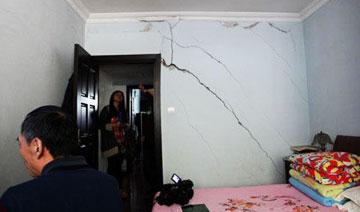 上海一居民楼现大裂缝