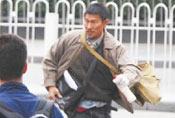 刘德华农民工打扮街头狂奔