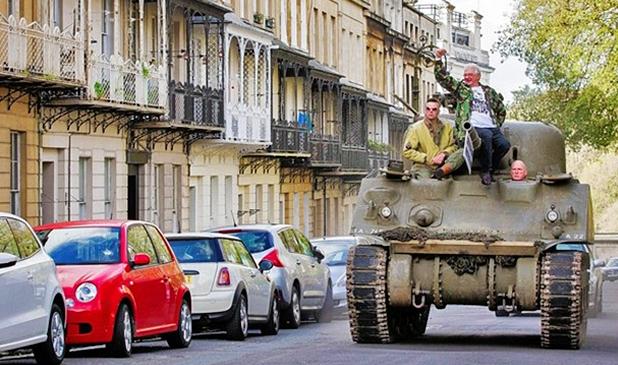霸气市民自驾坦克上街抗议停车收费