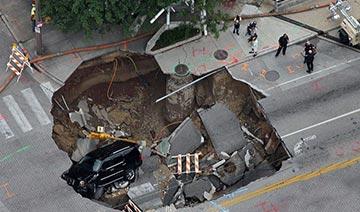 """汽车去哪了?那些因路面塌陷""""被坑""""的汽车"""