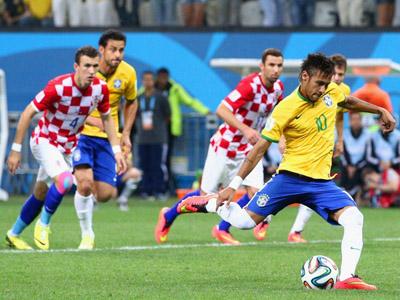 内马尔点球操刀命中!巴西2-1反超