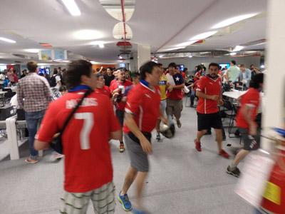 智利球迷没球票闯新闻中心 数名闹事球迷被警方控制