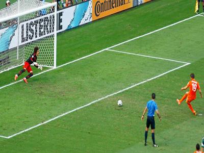 荷兰罗本突破至禁区摔倒 亨特拉尔点球绝杀晋级