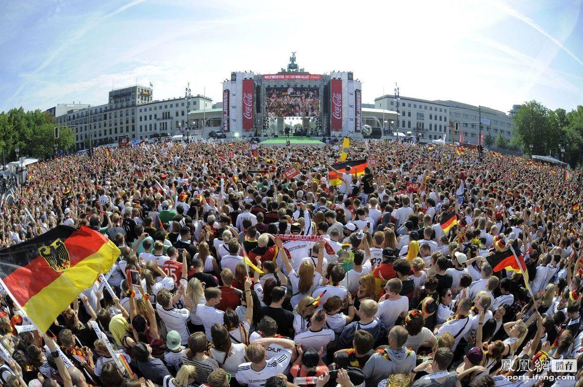 德国球迷齐聚勃兰登堡门,等候冠军之师凯旋归来。