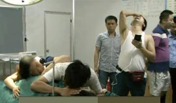 产妇家属踹门冲进手术室后的一幕