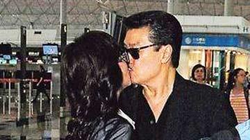 60岁赵雅芝与老公机场热吻 不顾儿子在旁