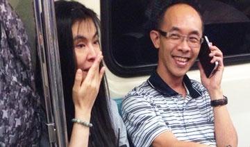 网曝47岁王祖贤素颜搭地铁照 与男子热聊