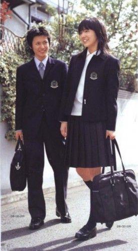 """问起她们为什么还穿着校服外出,她们回答说""""校服是至今我们最喜"""