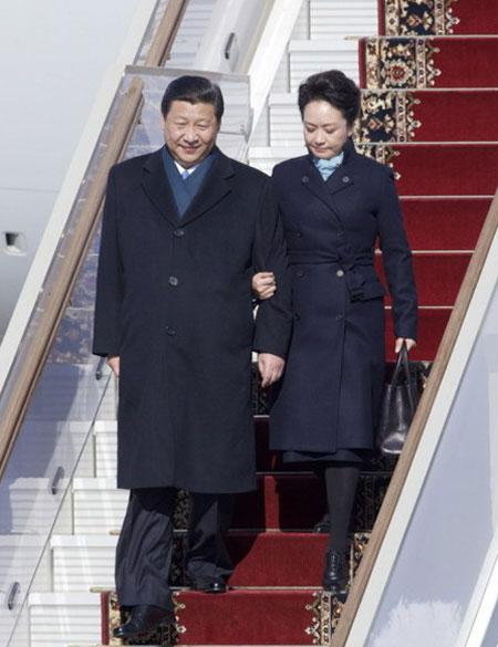 第一套造型:深蓝色大衣搭配浅蓝色围巾