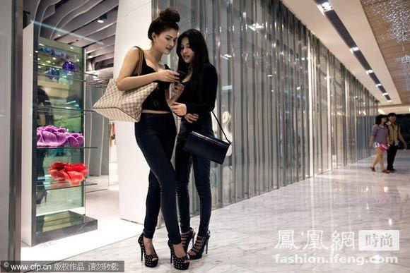 越南街拍美女 时髦开放背千元名牌包
