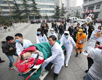 医疗直升机首飞 两小时转运中毒患者