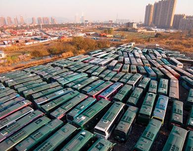 """杭州一块荒地上现公交车""""坟场"""""""