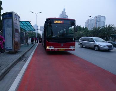 南宁现首条彩色公交专用道