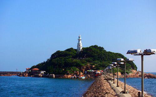 据《灵山卫志》记载:小青岛在淮子口对岸,入海者之必由道.