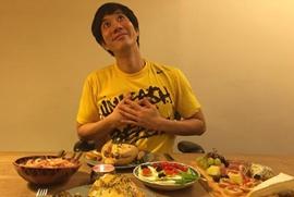 王力宏感恩节享受爱妻做美食