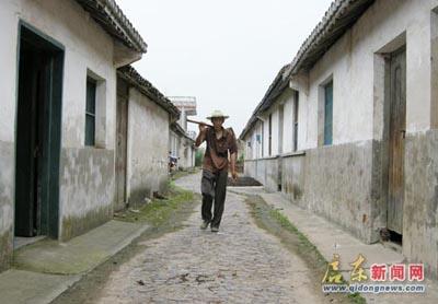 今年75岁的王能球老人自小生活在这条川流港老街上