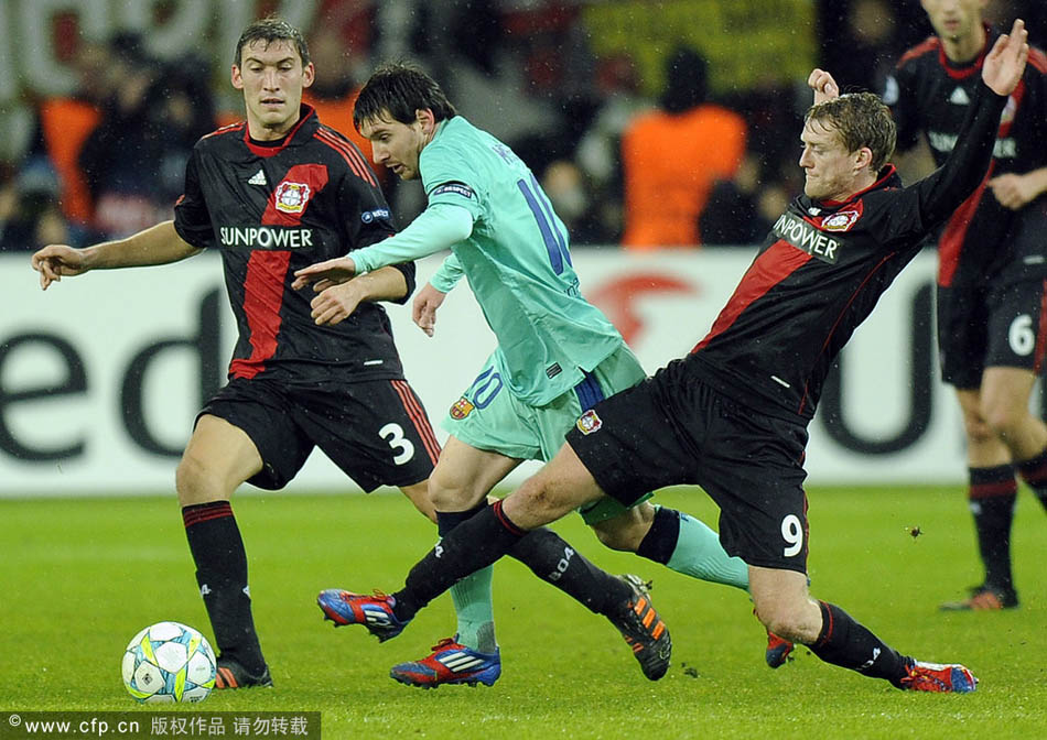 北京时间2月15日凌晨,11/12赛季欧冠联赛1/8决赛。巴塞罗那客场对阵勒沃库森。梅西带球突破。