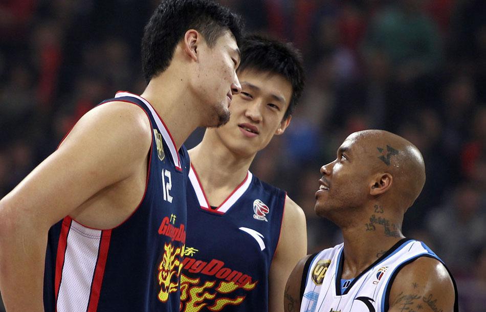北京时间3月21日晚,2011-2012赛季CBA总决赛第一场在北京五棵松体育馆打响,北京金隅男篮108-101广东宏远男篮。马布里和苏伟周鹏发生了口角。