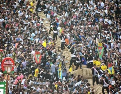 日本上演万人拔河比赛 引25万人围观