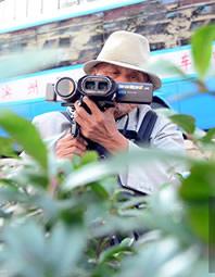青岛84岁老汉痴迷3D摄影