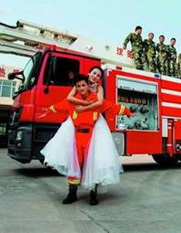 青岛消防版婚纱照网上走红