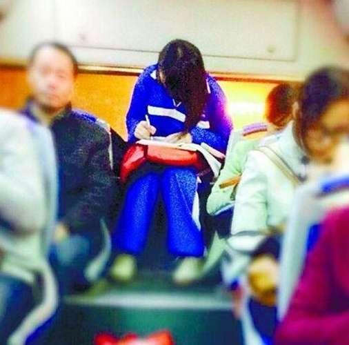 美女公交做作业走红 山东频道