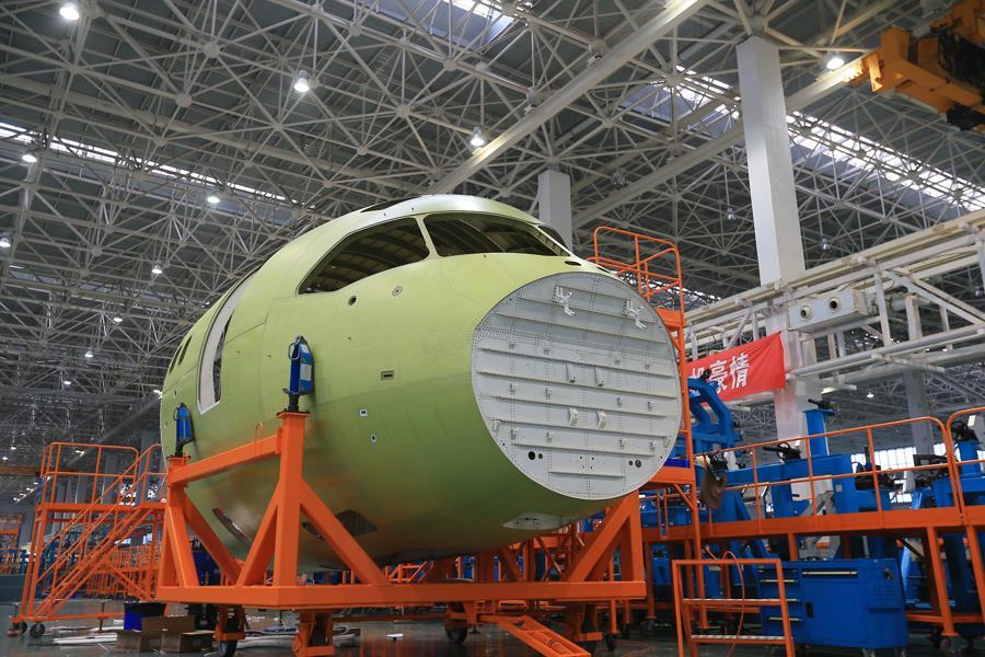 C919客机的机头设计采用了一些新技术,尤其是它的机首驾驶舱挡风玻璃采用的减阻外形设计水平接近波音最新型的波音787客机,因此这个机头部件成为了研制过程中的标志性产品。此外,C919客机的直接竞争对手包括波音737MAX和空客A320NEO等最新型客机,与它们相比,C919采用的新型减阻技术理论上将可带来节油等优势,而这一优势的重点之一就是机头的减阻设计。因此在C919飞机研制过程中,商飞和成飞民机公司也多次发布相关新闻。 图为2014年7月31日,C919首架机机头部段在成都下线。