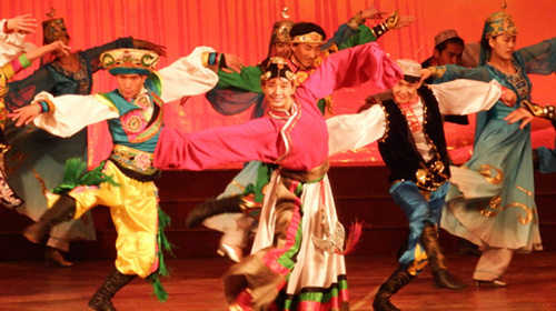 创美好幸福生活的彩绸飘舞、歌声嘹亮,一个个熟悉的歌舞节目感染着图片