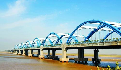 006年10月通车的郑州黄河二桥,它是京港澳高速的重要组成部分.-