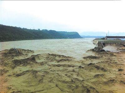 7月9日,江油市青莲镇盘江大桥被冲垮。  新华社发
