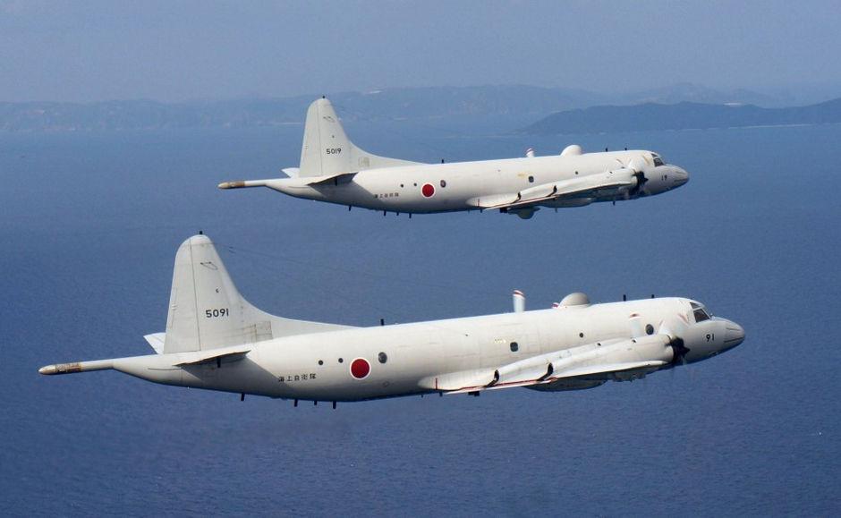 日本海上自卫队P-3C巡逻机(资料图) 主持人:来看日本,刚刚过去的这个周末,日本关东及东北地区再遭暴雪的袭击,东京地区的降雪厚度在30厘米左右,创下45年来之最。 外媒报道说,过去三天来,日本全境已经有至少13人在降雪引发的事故中丧生,另有大约1500人受伤。 解说:在位于本州岛中部的山梨县贾府市积雪厚度达到114厘米,刷新观测史上的最高纪录,很多地方都被白花花的积雪遮的严严实实,看不出哪里是农田,哪里是道路。 暴雪过后,小汽车也戴上了高高的帽子。 这一座座的雪堆,实际上是一座停车场,车身的绝大部分都