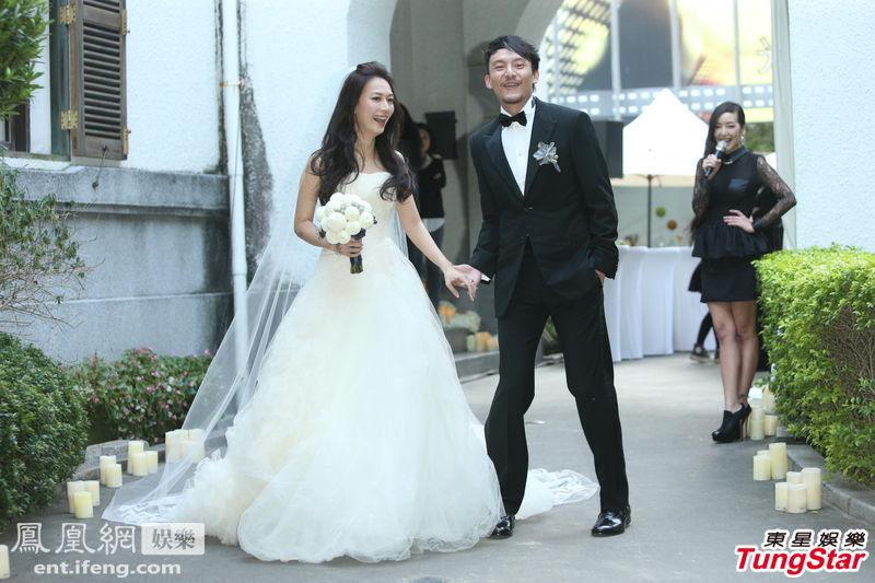 11月18日,37岁张震和爱妻庄雯如台北大婚现场,新郎官张震牵手爱妻甜蜜现身,和众多媒体记者见面。新娘庄雯如穿一袭婚纱清丽怡人,幸福洋溢。