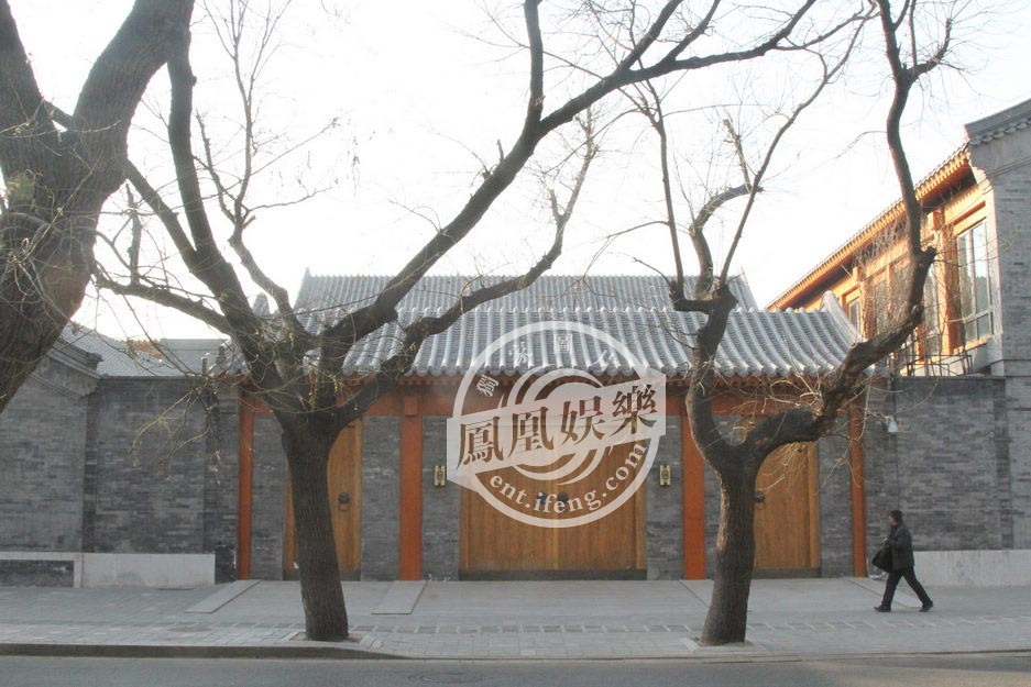 美国纽约时间2013年11月20日,82岁的传媒大亨默多克与华裔女子邓文迪达成离婚协议。根据知情人士透露,邓文迪离婚后无法获得默多克在新闻集团的资产,两人的离婚也不会改变默多克家族信托基金的继承规则。但她的两名子女能共同持有新闻集团873万美元的A级无投票权股份;邓文迪与两个女儿还可获得在曼哈顿第五大道的三层顶楼豪宅公寓,以及一套位于故宫东面的四合院,但这套四合院至今都未曝光过。凤凰娱乐为此进行调查,首度公开邓文迪在北京的居所。图为邓文迪北京豪宅门口。