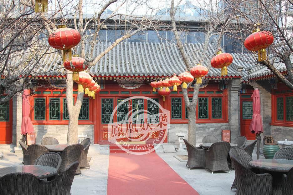 自从邓文迪、周迅的北京豪宅曝光后,凤凰娱乐再次独家探访了成龙、张艺谋、陈坤等大牌明星在北京的天价别墅。成龙居住的NAGA上院、张艺谋居住的东湖别墅以及陈坤、宋祖英居住的当代万国城MOMA外景图曝光。图为成龙居住的NAGA上院。
