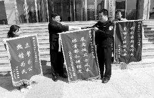 北京 酒后/清明节当晚,四人团伙酒后撞人找茬,持刀抢劫小薛并将其挟持到...