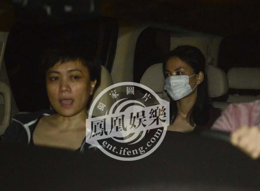 在王菲公布与李亚鹏离婚信息后,于13日深夜乘机抵达北京,为了绕开大批围堵的媒体,她从vip通道离开机场。面戴口罩的王菲在李亚鹏前经纪人马葭的陪同下回到机场附近的别墅住宅。王菲的眼圈通红。