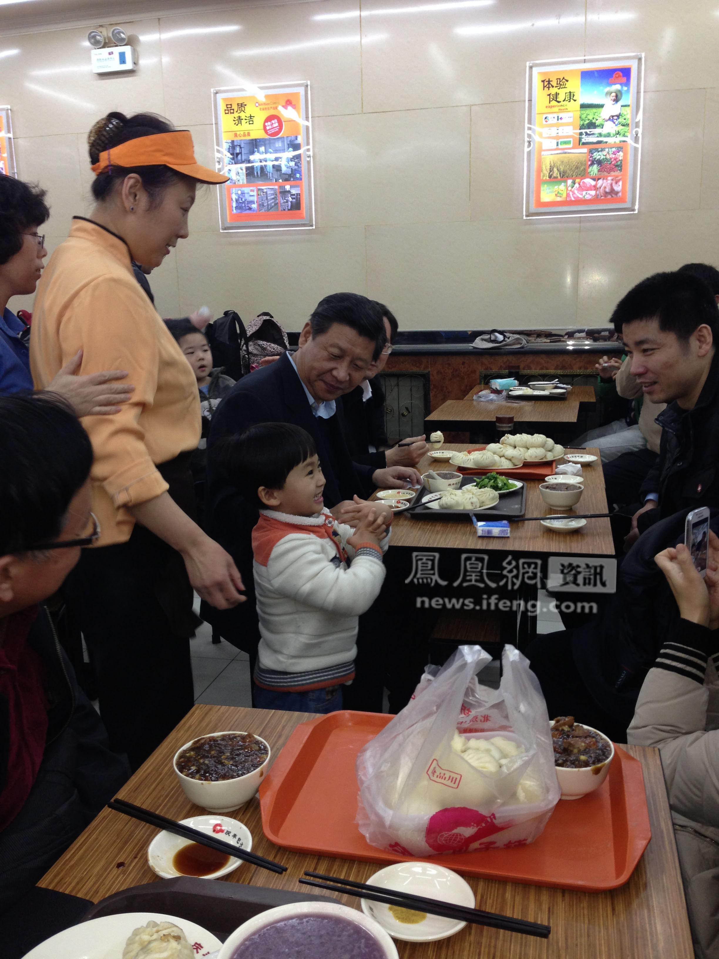 """就餐的小男孩为习近平唱了一首《新年好》,习近平笑着问小男孩""""几岁了""""(刘鹏宇先生独家供图)。"""