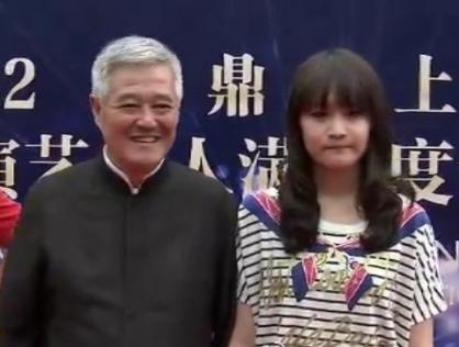 赵本山携15岁女儿妞妞出席颁奖礼(图)