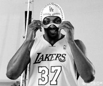 NBA场上盘外招 JR解对手鞋带 基德撞杯骗暂停