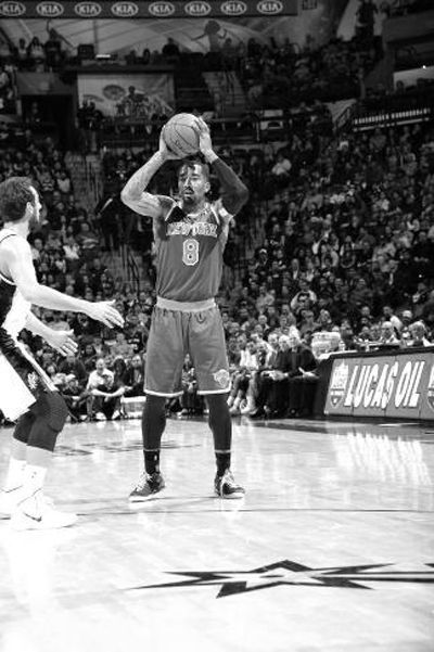NBA场上盘外招:JR解对手鞋带 基德撞杯骗暂停